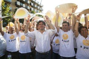Carles Puigdemont (centro) participa en la marcha independentista de la Diada en Salt.