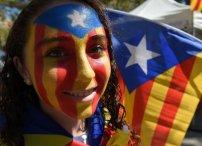 Una joven con la 'estelada' pintada en la cara durante la celebración de la Diada, en Barcelona.