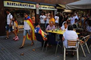 Personas con 'esteladas' pasean por Barcelona antes de la marcha independentista.