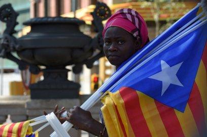 Una vendedora de 'esteladas' en Barcelona antes de la manifestación por la independencia de Cataluña.
